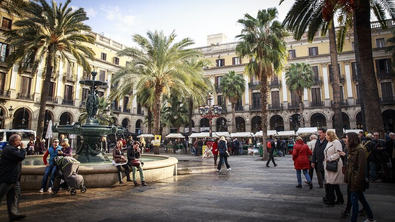 barcelona-people-in-city-plaza
